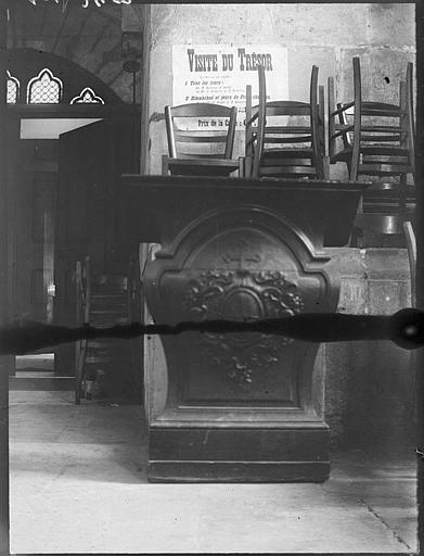 Visite du Trésor par le Service des Monuments Historiques : prie-dieu