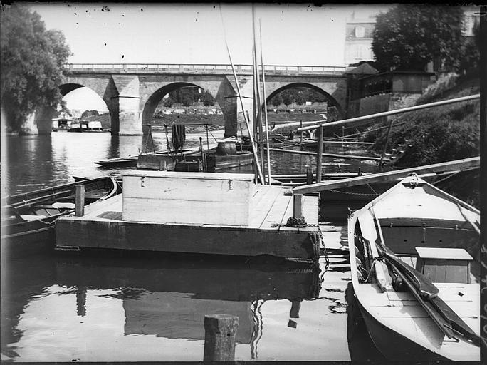 Ancien pont à arches : barques amarrées au quai