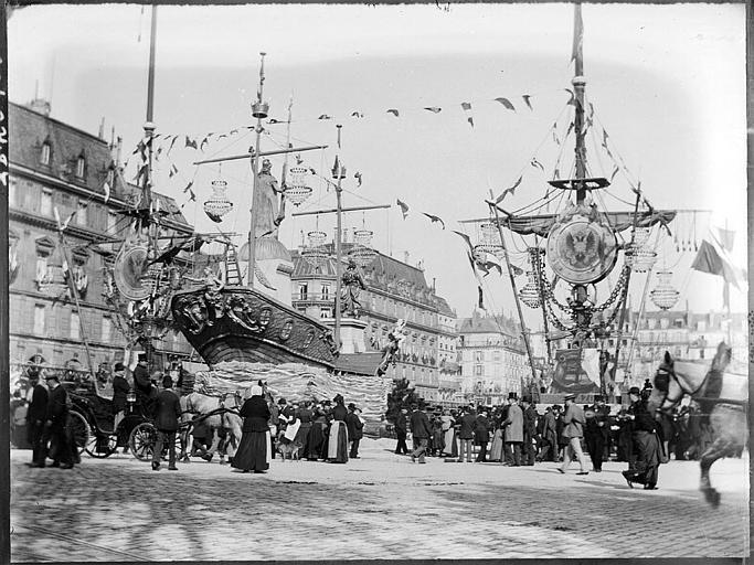 Fêtes russes : défilé de chars et bateaux, spectateurs