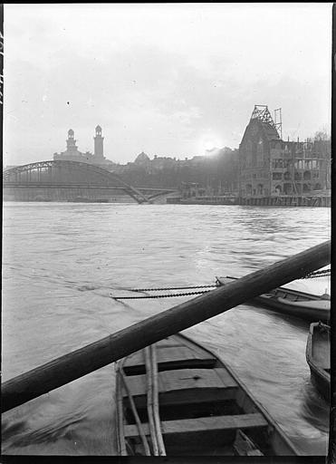 Construction des pavillons en bord de Seine, passerelle en fer