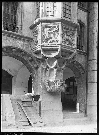 Façade : console sculptée d'un oriel en encorbellement