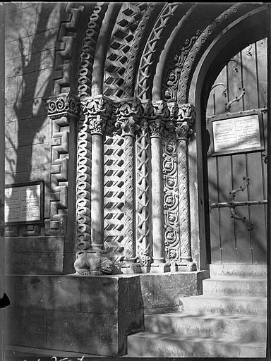 Porte sculptée : détail du piédroit