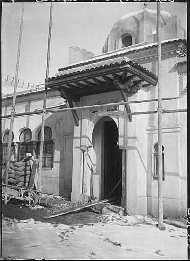 Porte en cours de construction