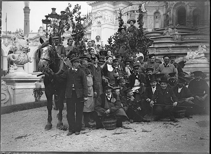 Fête des Vendanges : photo de groupe devant un attelage de chevaux décoré