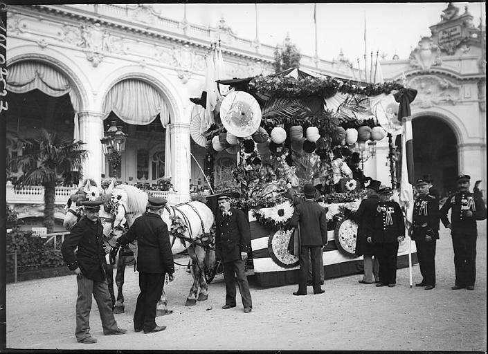 Fête des Vendanges : char décoré, touristes