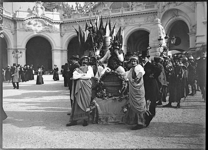 Fête des Vendanges : char décoré, touristes en costume traditionnel