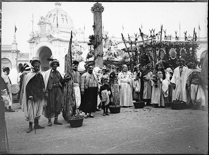 Fête des Vendanges : photo de groupe devant un char, touristes en costume traditionnel