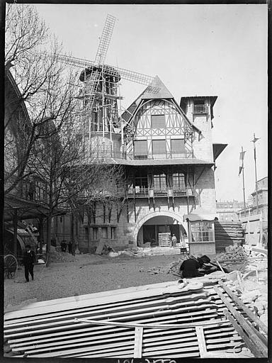 Construction du Moulin rose, façade avec porche