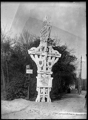 Poteau indicateur en forme de croix