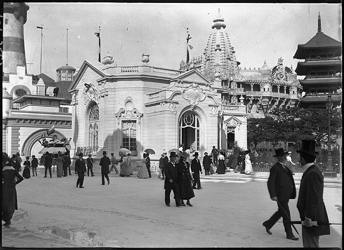 Visiteurs devant un pavillon, près du Tour du Monde