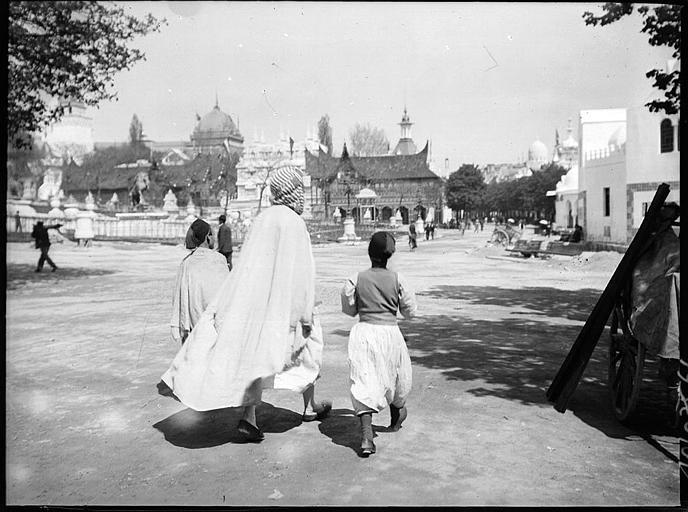 Hommes en costume traditionnel sur une place