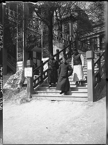 Asiatiques sur un escalier