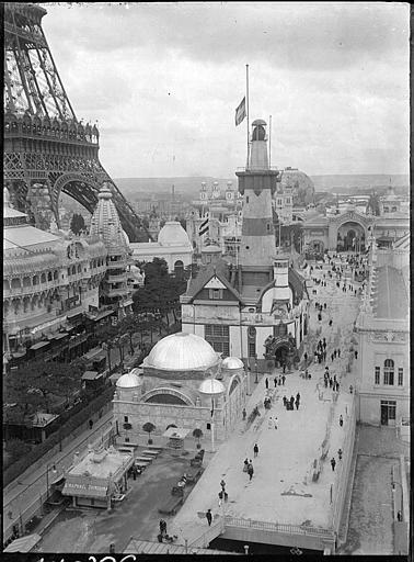 Visiteurs au pied de la Tour Eiffel, phare du pavillon de l'Allemagne