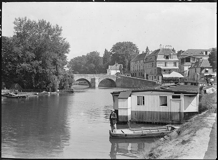 Pont sur l'Oise, péniche au premier plan, immeubles