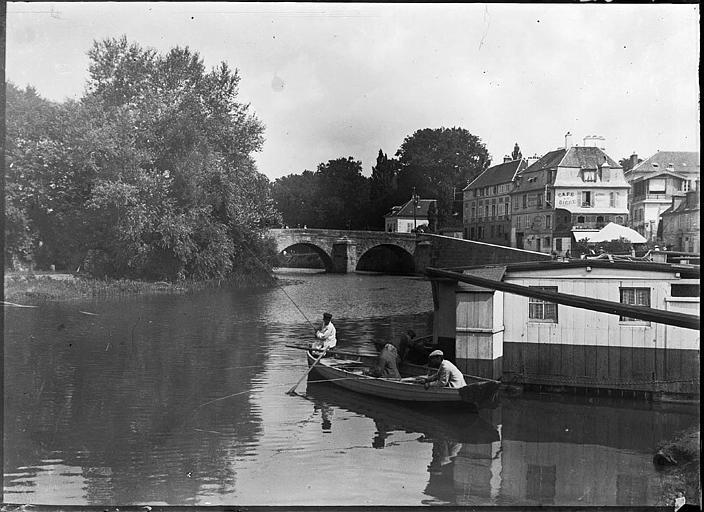 Pont sur l'Oise, pêcheurs et péniche au premier plan, immeubles
