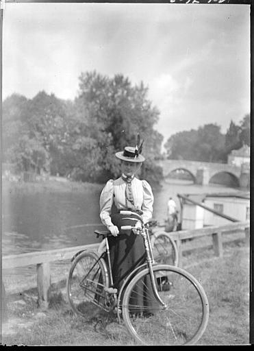 Pont sur l'Oise, femme avec un vélo au premier plan