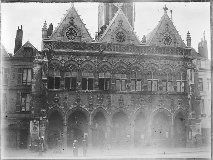 Façade principale : arcature du portique