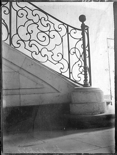 Départ d'escalier : rampe en fer forgé