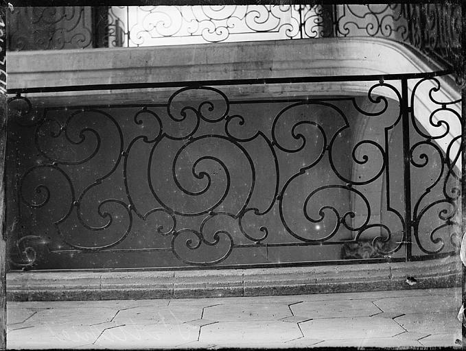 Escalier : grille en fer forgé