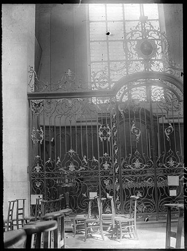 Intérieur : grille en fer forgé d'une chapelle nord de la nef