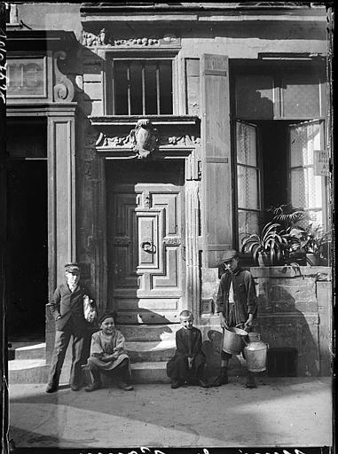 Enfants devant une porte ancienne