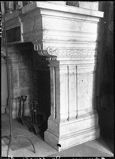 Intérieur : cheminée, détail du manteau