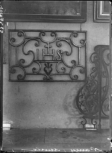 Intérieur : grille en fer forgé