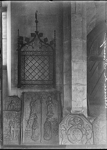 Intérieur : bas-reliefs et grille