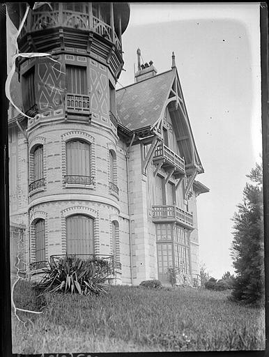 Tourelle d'angle et façade latérale