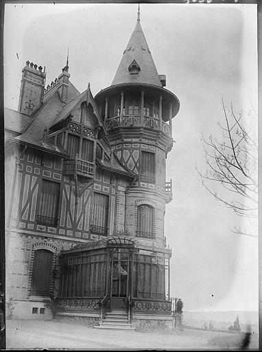 Tourelle d'angle et façade latérale, pergola