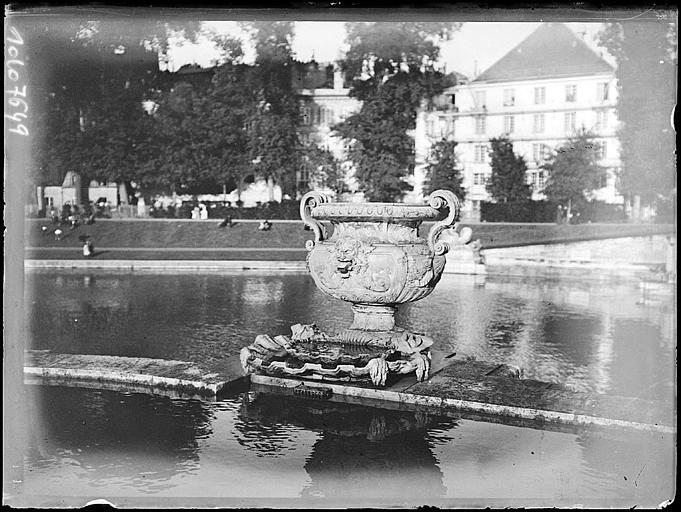 Vase au bord d'un bassin