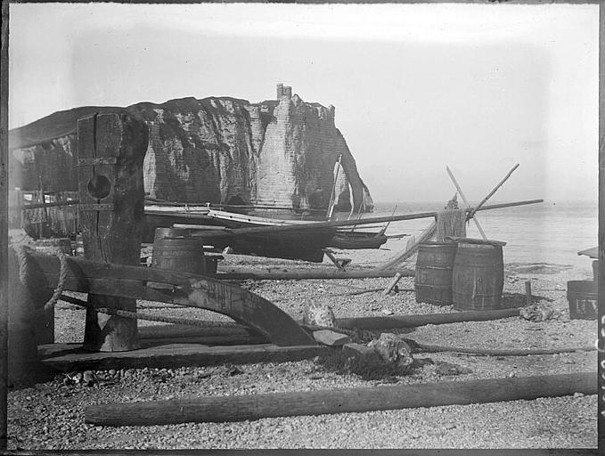 Plage au pied de la Falaise d'Amont, barques