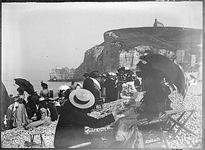 Touristes sur la plage, la Falaise d'Amont à l'arrière-plan