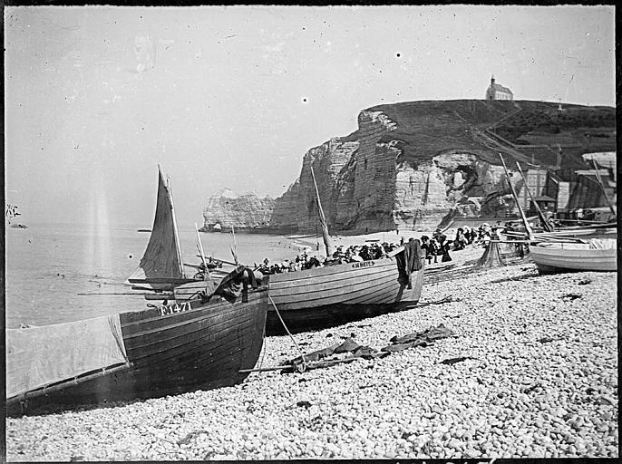 Touristes dans des barques, la Falaise d'Amont à l'arrière-plan