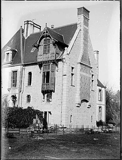 Façade principale et pignon avec conduit de cheminée extérieur