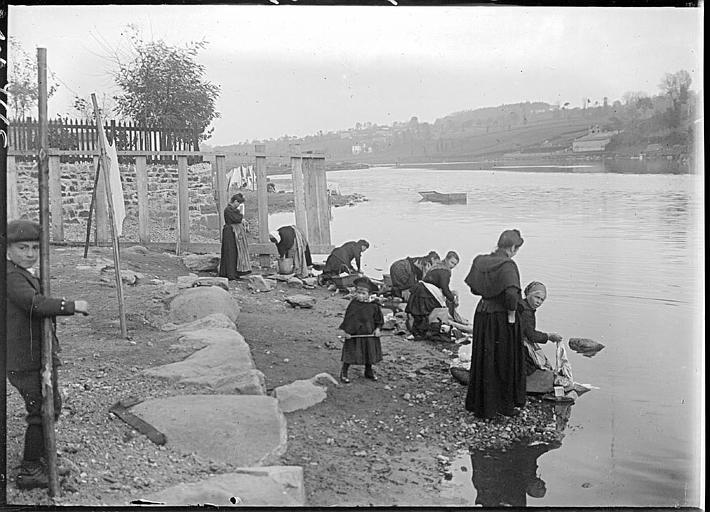 Lavandières aux bords du fleuve