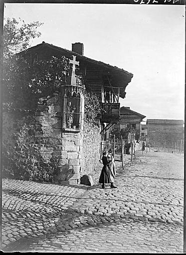 Niche sur un muret : Vierge à l'Enfant, croix au-dessus