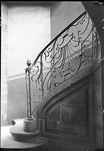 Intérieur : rampe d'escalier en fer forgé