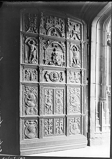 Portail nord : portail en boiseries sculptées de la porte droite