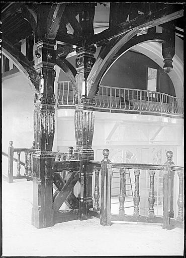 Intérieur : charpente et balustrade en bois