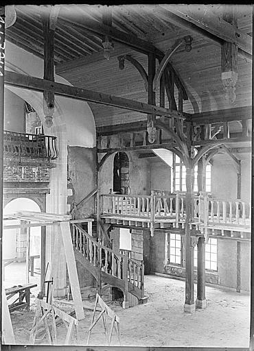 Intérieur : charpente, escalier et balustrades en bois