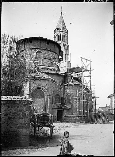 Ensemble est, abside et clocher, en cours de restauration