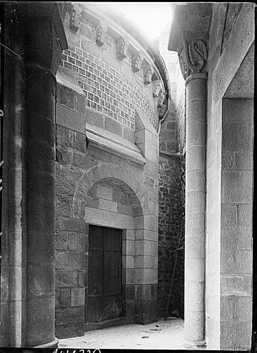 Abside : porte et corniche, chapiteau d'une colonne