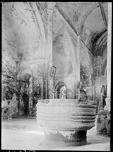 Intérieur : fonts baptismaux dans la nef