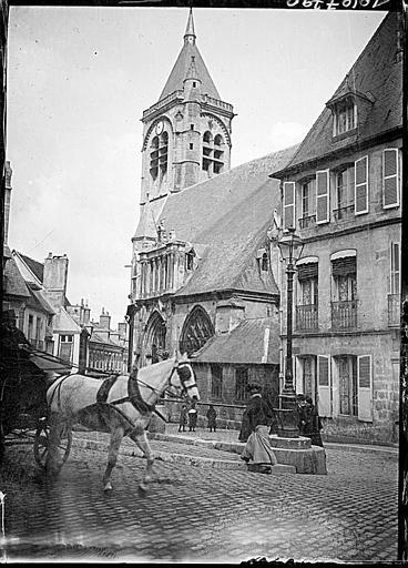 Façade latérale sud et clocher, cheval attelé sur une place