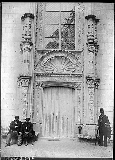 Chapelle : portail de la façade ouest à décor de coquille, congressistes de la SFA