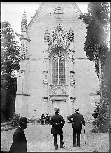 Chapelle : portail de la façade ouest, arc triomphal, congressistes de la SFA