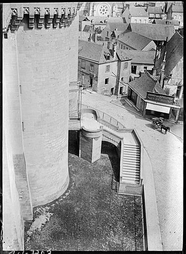 Vue sur la ville et du chemin de ronde pris de la tour du pont-levis