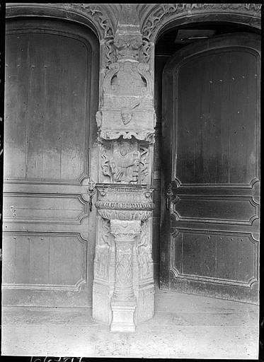 Porche sud : bénitier extérieur entre les deux portes