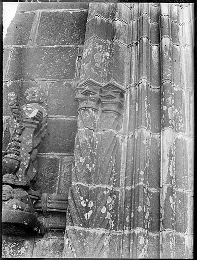 Ancien porche déplacé et servant d'entrée du cimetière : détail de l'ébrasement